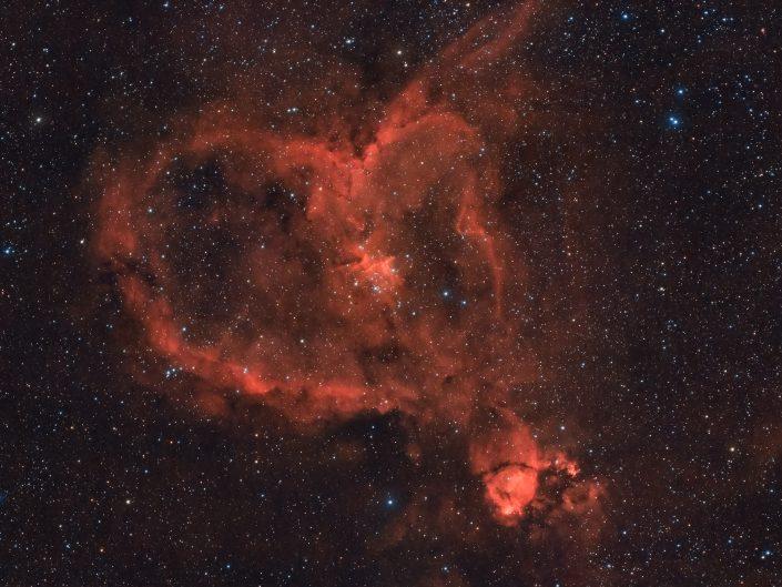 Nebulosa Cuore, ho realizzato questa fotografia in due notti riprendendo prima in rgb e poi in banda stretta nel canale H-Alpha, quello cioè specifico per fotografare soltanto l'emissione elettromagnetica dell'idrogeno ionizzato.